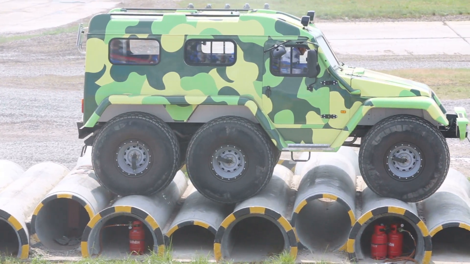 all-terrain-vehicle-trekol-39294-overcoming-the-obstacles_qjduim3d__F0000